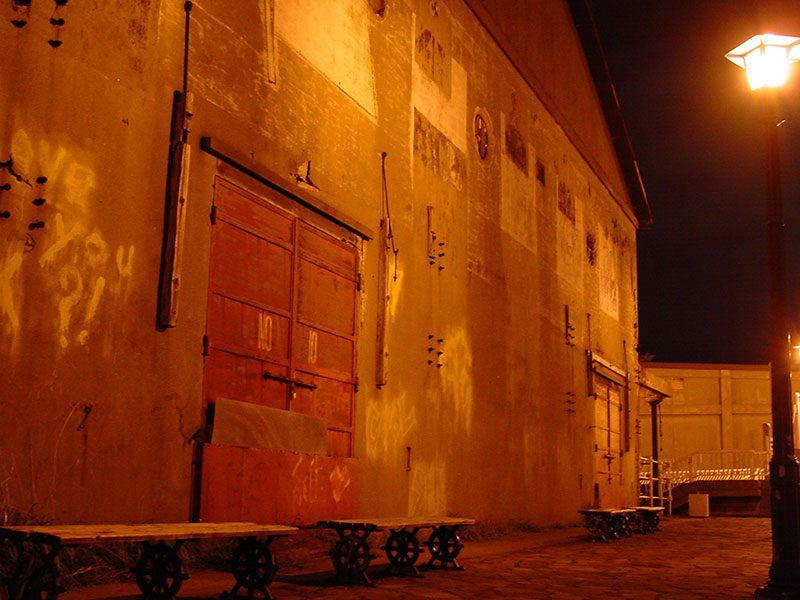 倉庫裏のベンチ